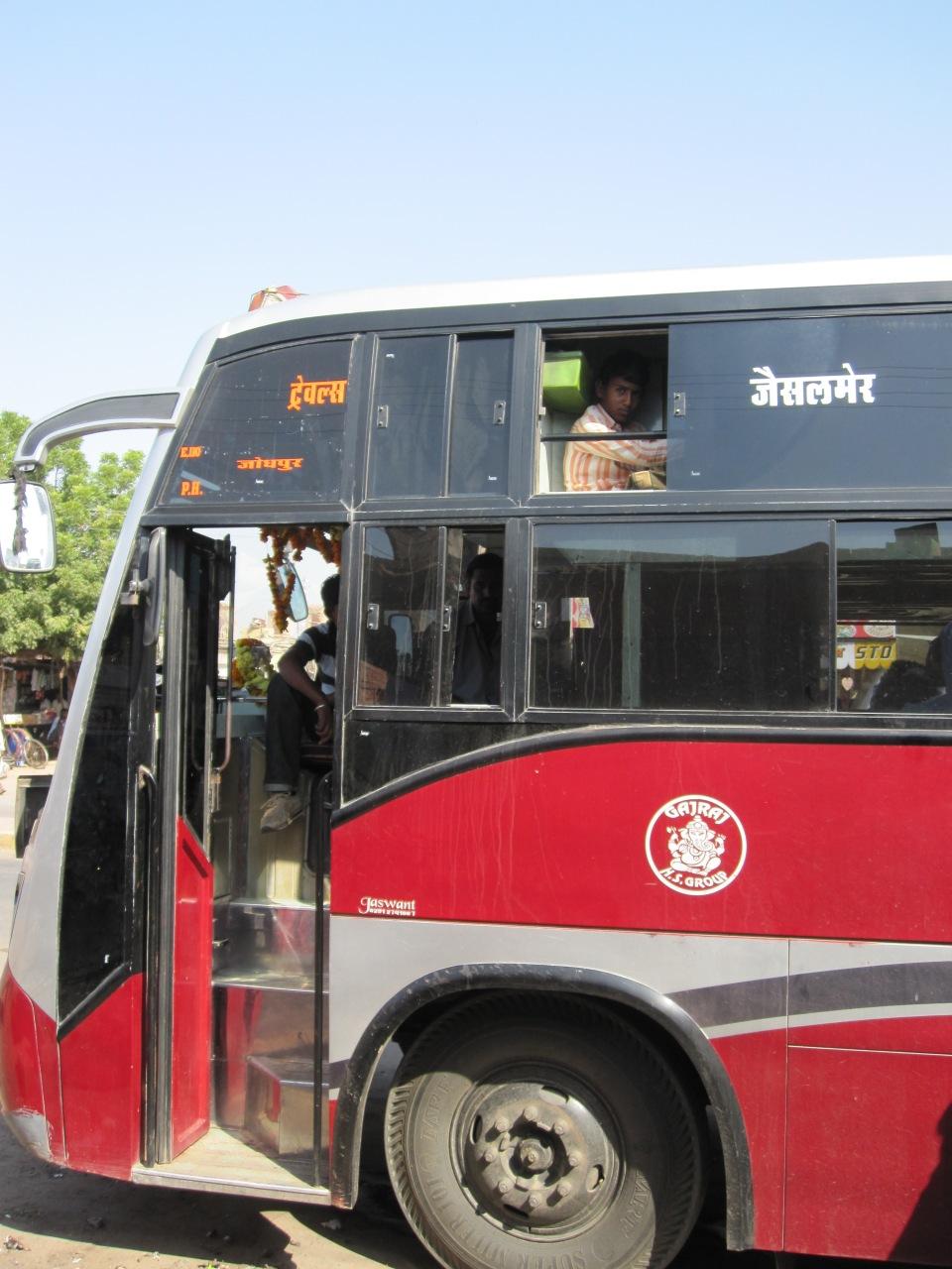 Der Bus - über den Sitzen können Passagiere liegen