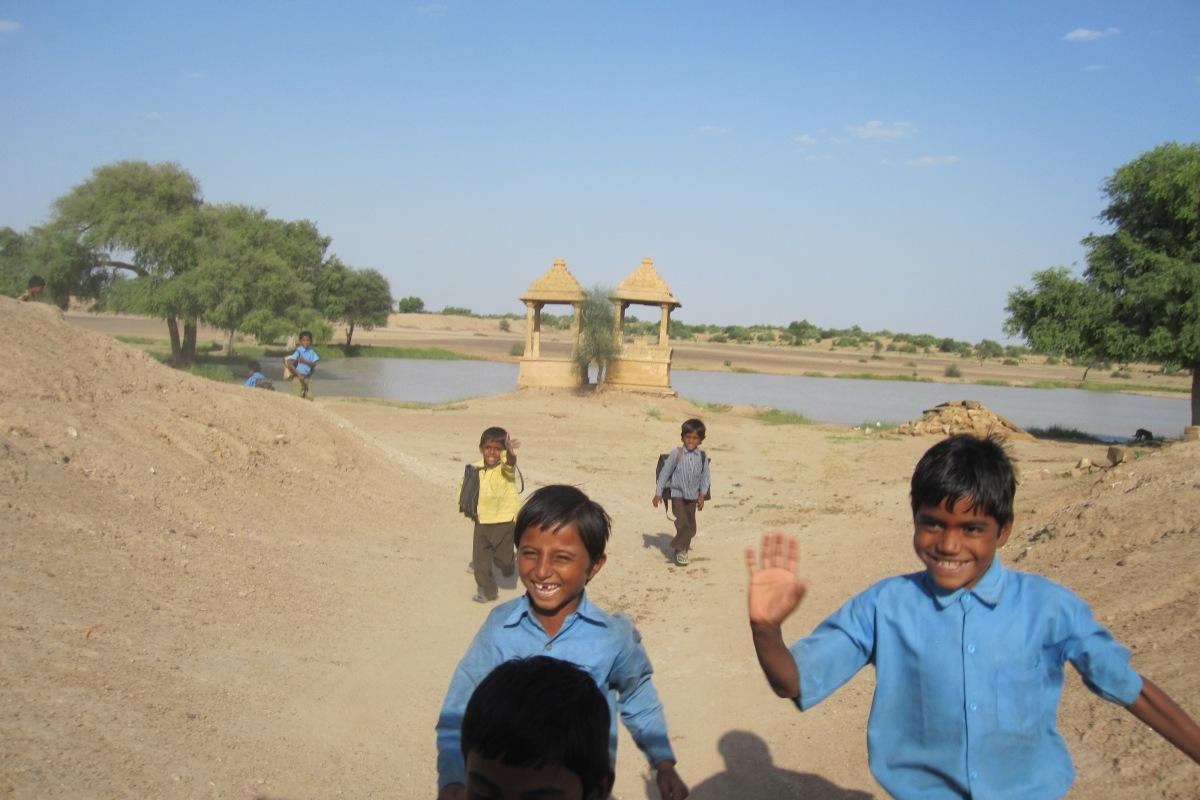 Kinder im Wüstendorf