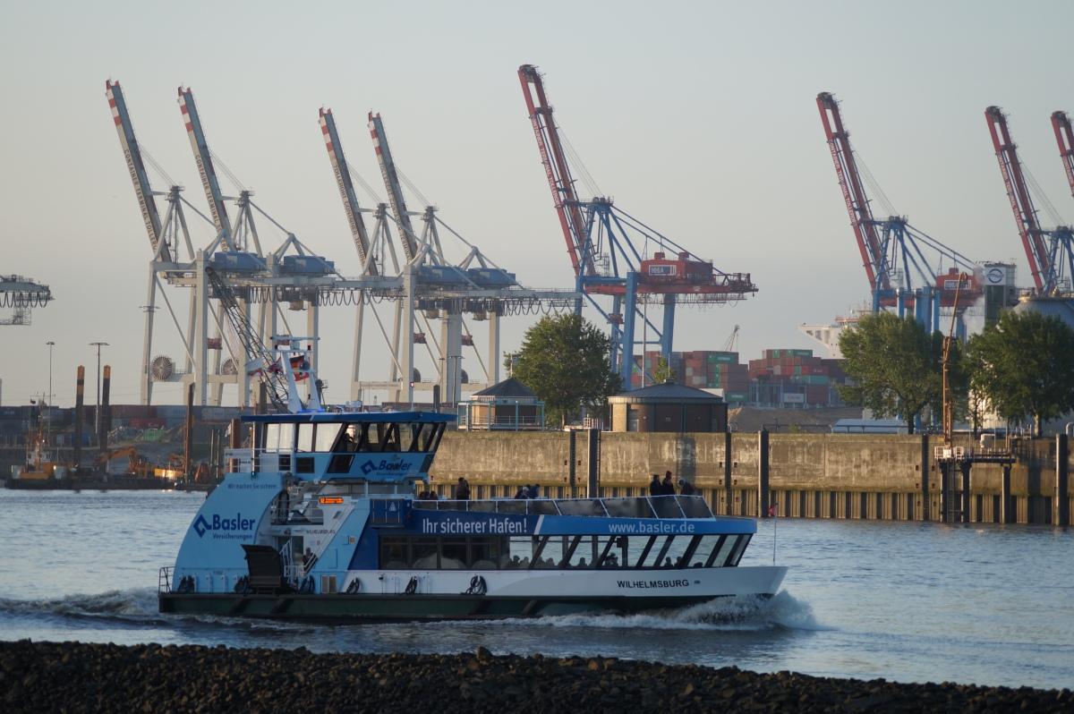 Hafenkräne, HVV-Fähre
