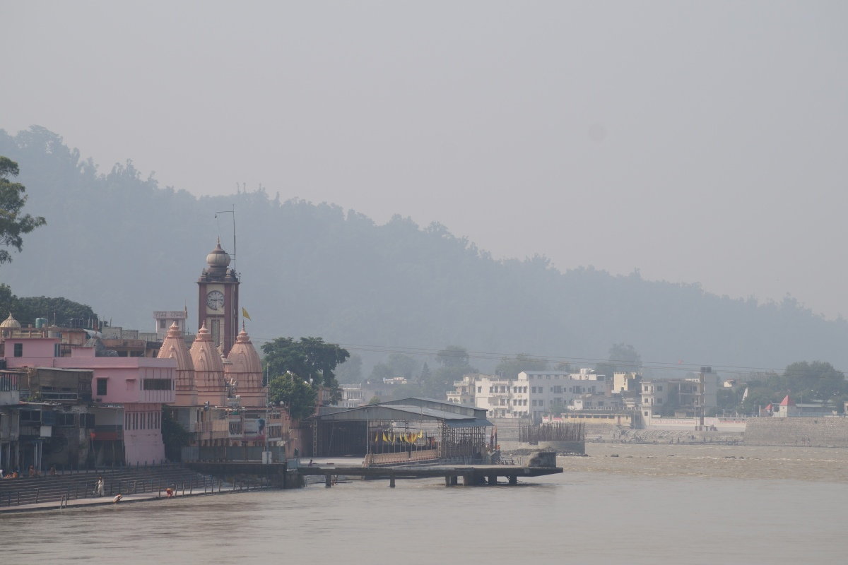 Parmarth Niketan von der Brücke aus gesehen