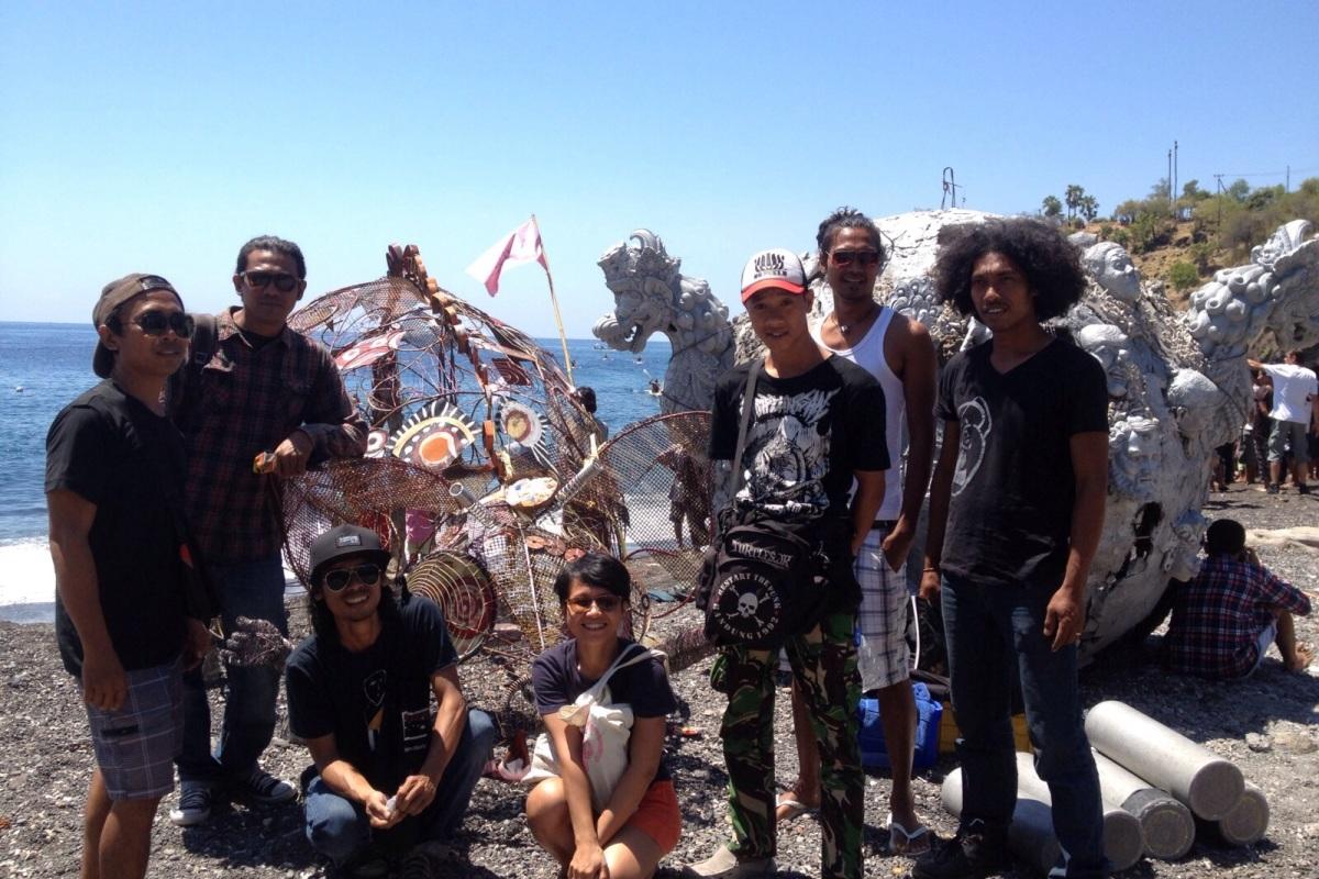 Die Skulptur wird im Anschluss im Meer belassen