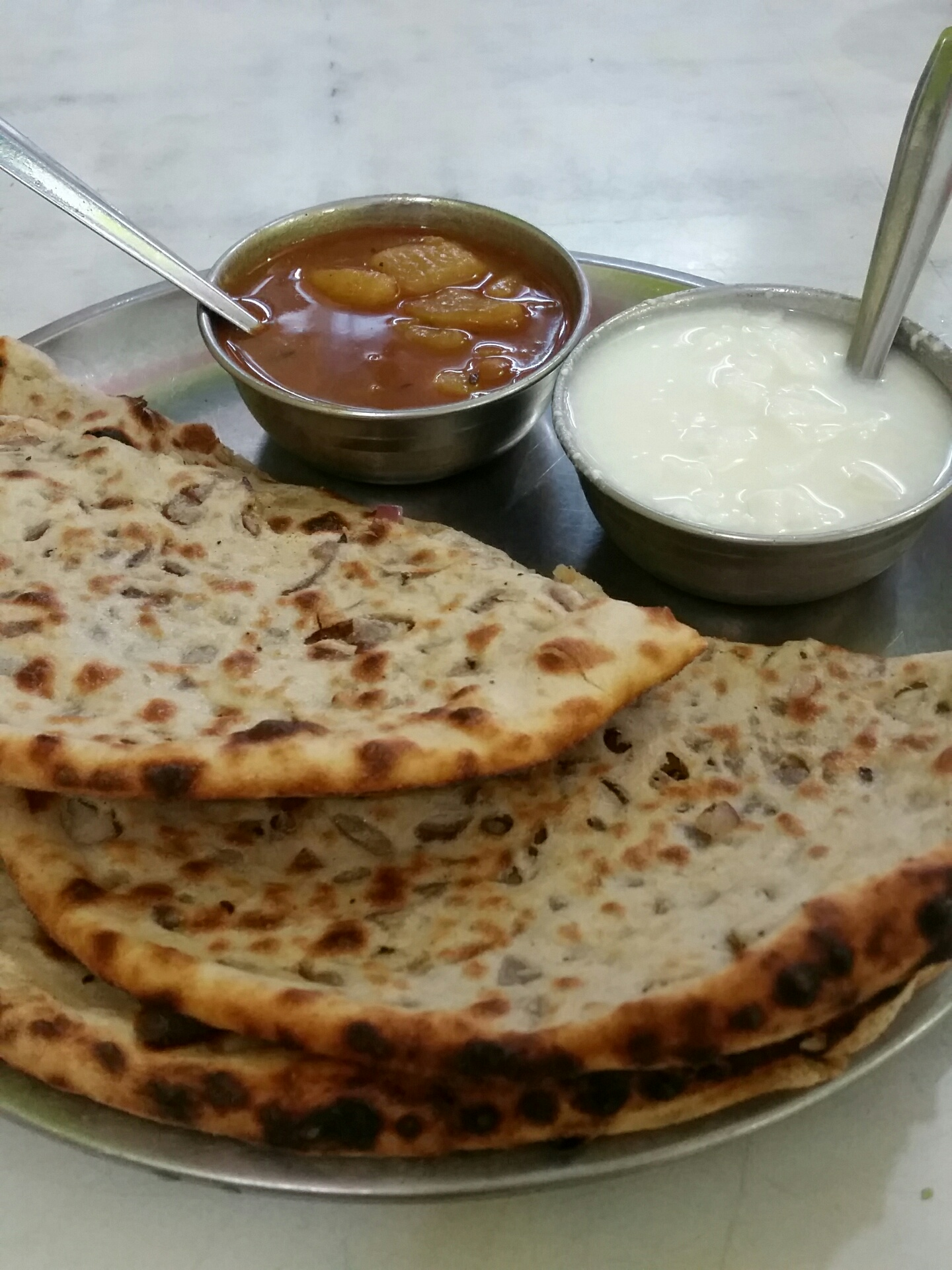 Aloo Parantha und Onion Parantha with curd