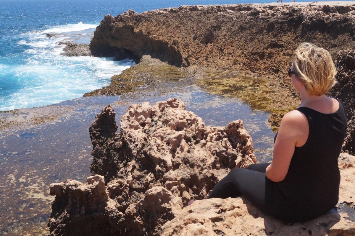 Frauen, die auf Wellen starren (oder so)